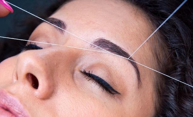 Удаление волос ниткой на лице - фото